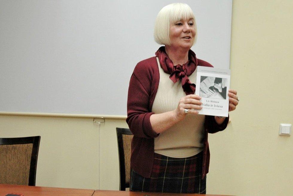 Kurčneregių mokytoja Dalia Taurienė pristatė Liv Holmen knygą. Linos Jakubauskienės nuotr.