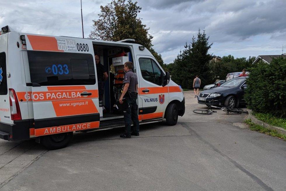 Po susidūrimo su automobiliu dviratininkas išvežtas į ligoninę (nuotr. Broniaus Jablonsko)