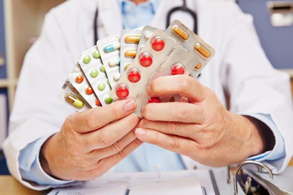 Medikas su vaistais (nuotr. 123rf.com)