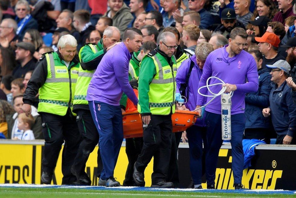 """""""Tottenham"""" vartininkas išgabenamas iš aikštelės (nuotr. SCANPIX)"""