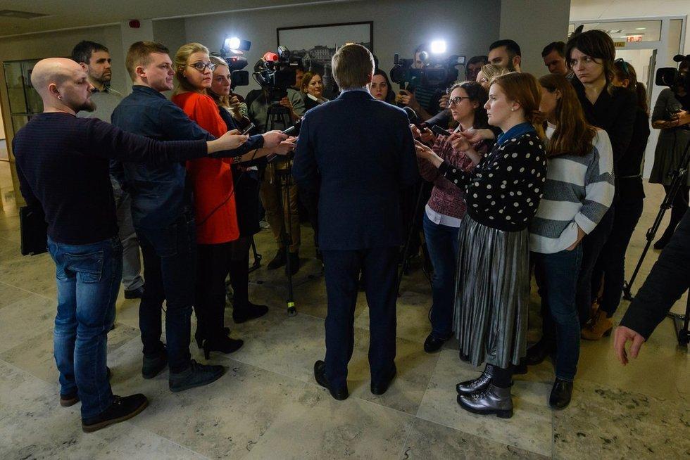 Žurnalistai kalbina Ramūną Karbauskį (nuotr. Eimanto Genio)