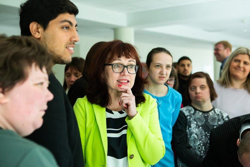 Panevėžyje įsikūrio Jaunuolių dienos centro direktorė Lina Trebienė su centro lankytojais. VšĮ Valakupių reabilitacijos centro archyvo nuotr.