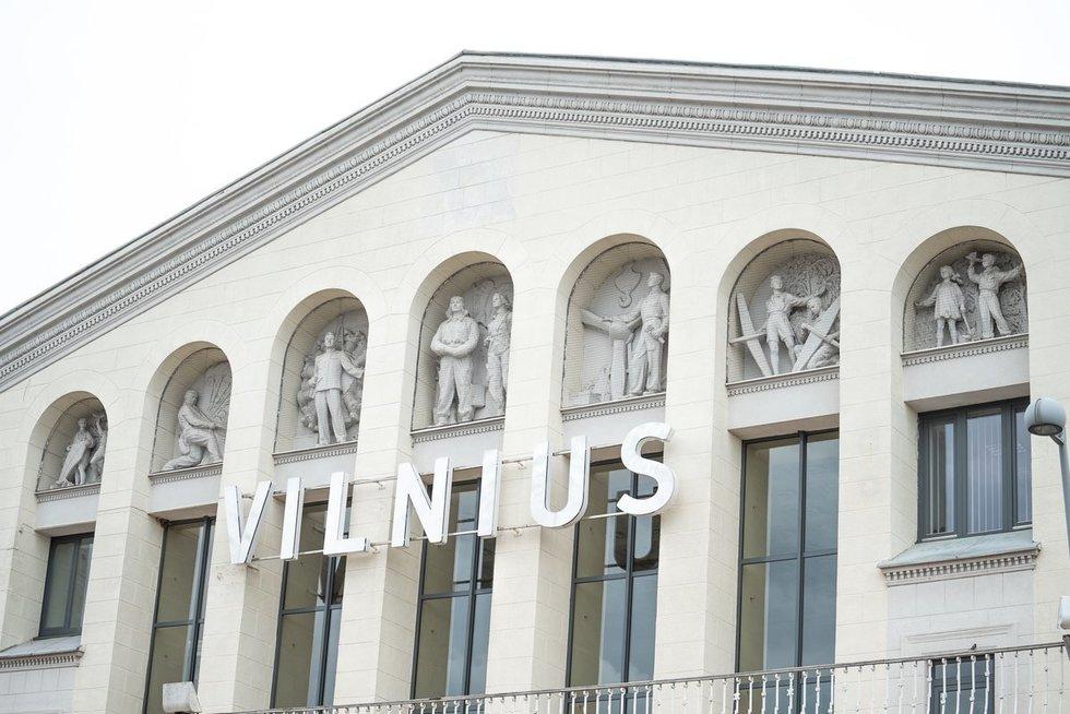 Sovietinės skulptūros Vilniaus oro uoste