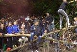 Neįtikėtina: pamatykite, kas vyko už stadiono tvoros – lūžo net medžiai