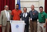 Teroristą Prancūzijoje sutramdžiusiems didvyriams F. Hollande'as skyrė aukščiausią apdovanojimą