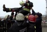 Užfiksuota pergalinga akimirka: ugniagesiai į orą džiūgaudami mėtė savo vadą