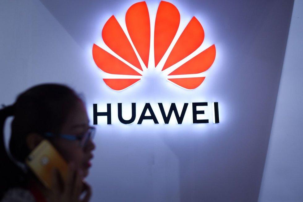 """""""Huawei"""" pralinksmino: vadovė įkliuvo su """"Apple"""" produkcija (nuotr. SCANPIX)"""