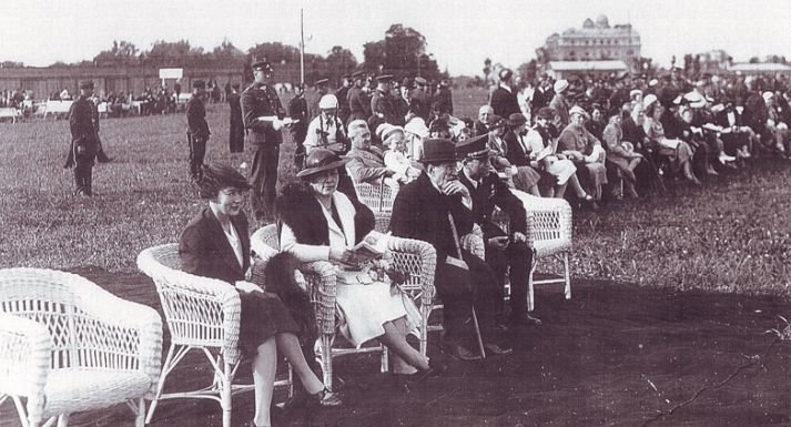 Jadvyga Tūbelienė su seserimi Sofija Smetoniene dalyvauja aviacijos šventėje Kaune, 1938 m. Istorinės Prezidentūros Kaune archyvas