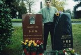 Makabriškas hobis: vyriškis lanko įvairiose pasaulio vietose esančius įžymybių kapus