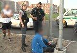 Lėtai per perėją ėjęs vyras įsiutino vairuotoją: už tai trenkė per galvą