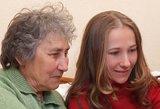 Dukters laiškas Alzhaimeriu sergančiai mamai griebia už širdies