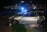 Naktinė avarija Vilniuje: eismo įvykio metu BMW nuvertė stulpą ir vertėsi