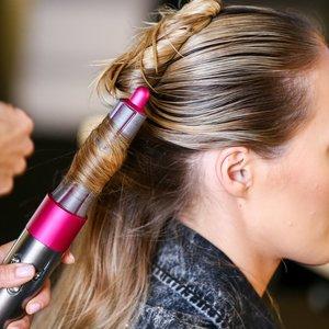Pristatytas unikalus plaukų formavimo prietaisas: galimybė išbandyti – kiekvienai