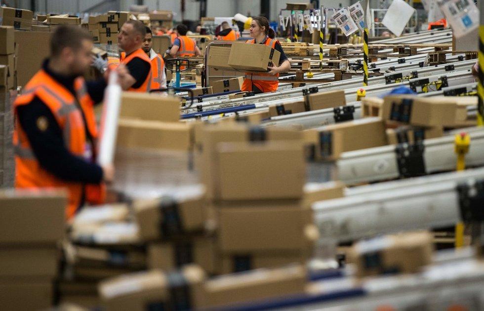"""Smūgis šventėms besiruošiančiai """"Amazon"""": darbuotojai skundžiasi mažėsiančiais atlygiais"""