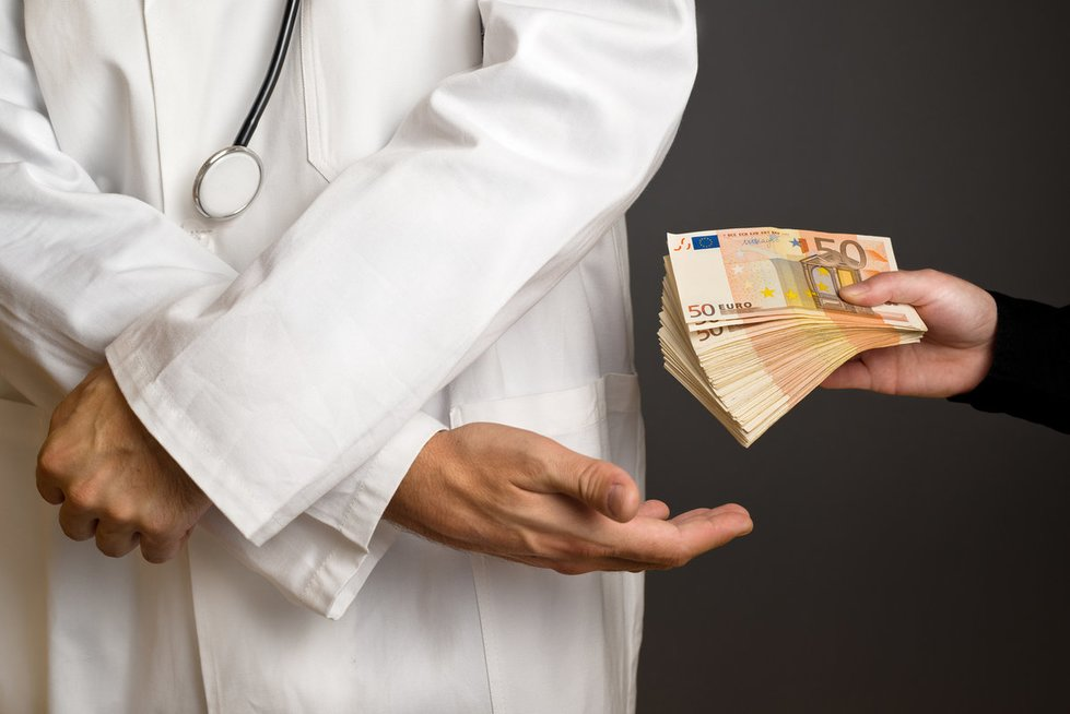 Kyšis gydytojui (nuotr. Fotolia.com)