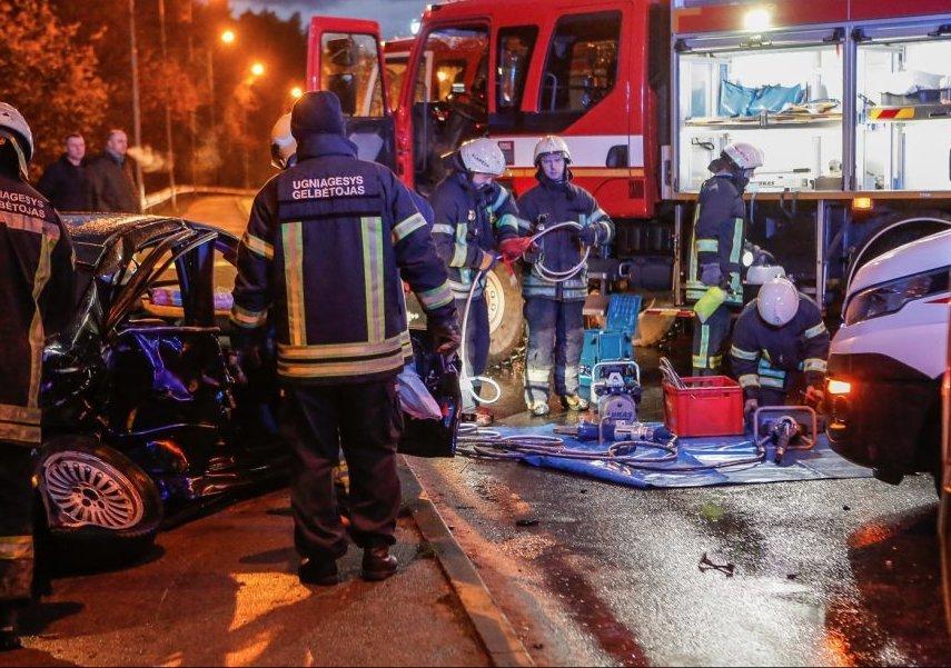 Kraupi avarija ant viaduko: yra žuvusiųjų, sužeistų, sudaužytos 6 mašinos. Vytauto Petriko nuotr./Klaipėdos diena