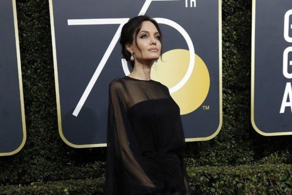 Angelina Jolie privertė visus atsisukti: išskirtiniu apdaru maskavo nykstantį kūną (nuotr. SCANPIX)