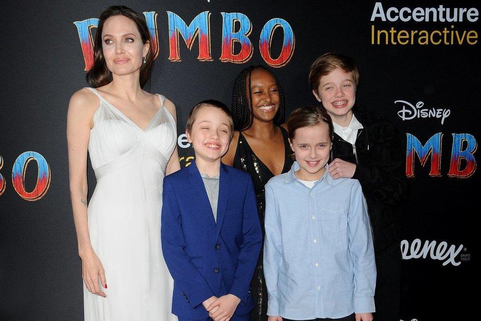Angelina Jolie su vaikais (nuotr. Vida Press)