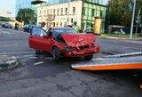 Girtas BMW vairuotojas rėžėsi tiesiai į vairuotojos dureles: automobiliai nesuremontuojami