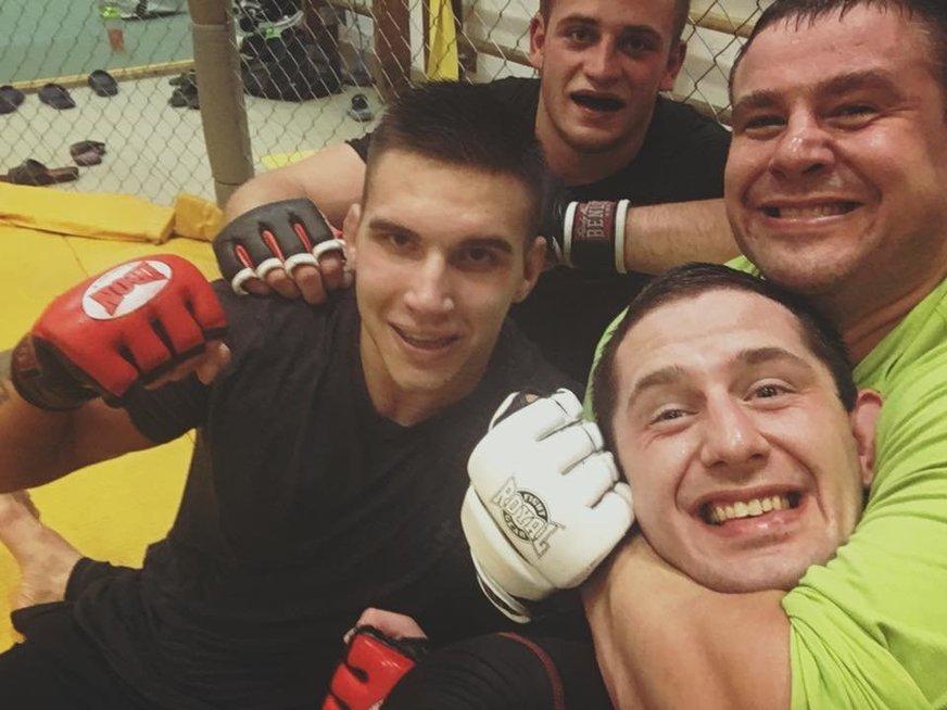 M.Mizgaitis su treniruočių partneriais, tarp kurių – geriausias šalies MMA kovotojas L.Urbonavičius. (nuotr. facebook.com)
