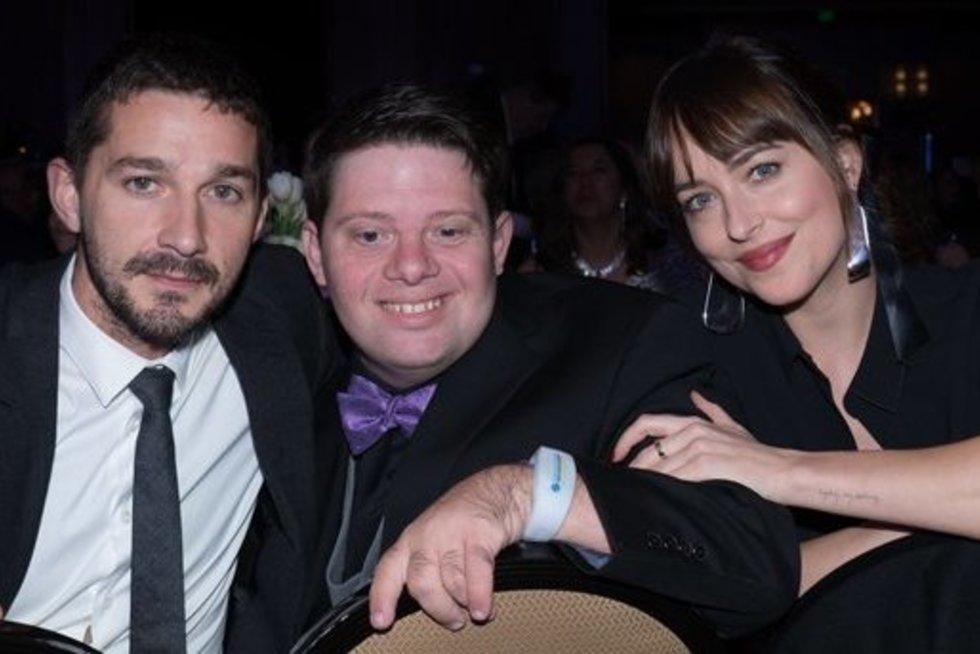 .Pagrindiniai filmo aktoriai: Shia LaBeoufas, Zackas Gottsagenas ir Dakota Johnson. globaldownsyndrome.org nuotr.