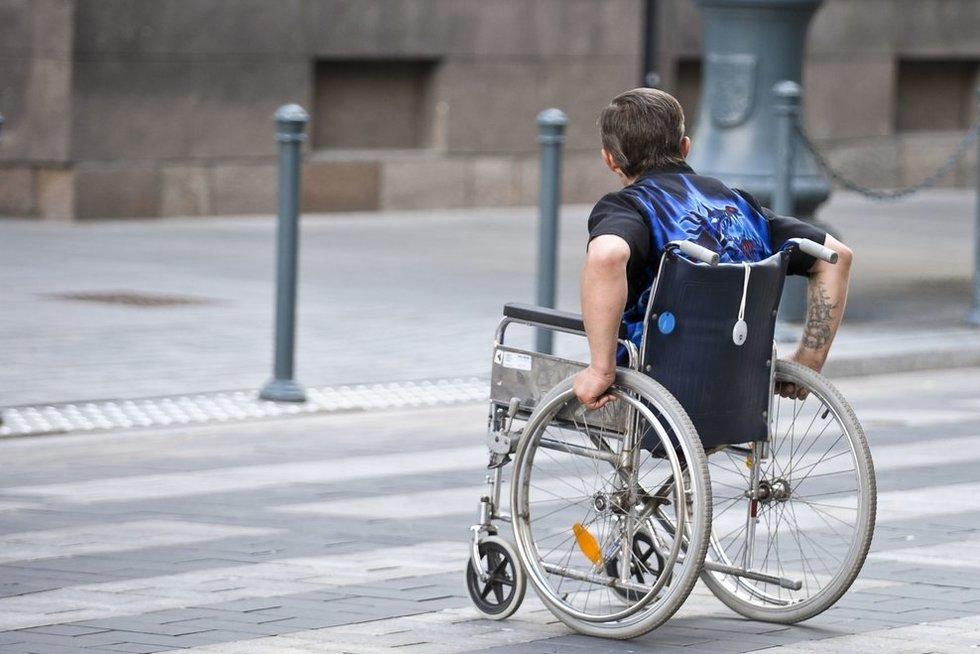 Vyras neįgaliojo vėžimėlyje  (nuotr. Fotodiena.lt)