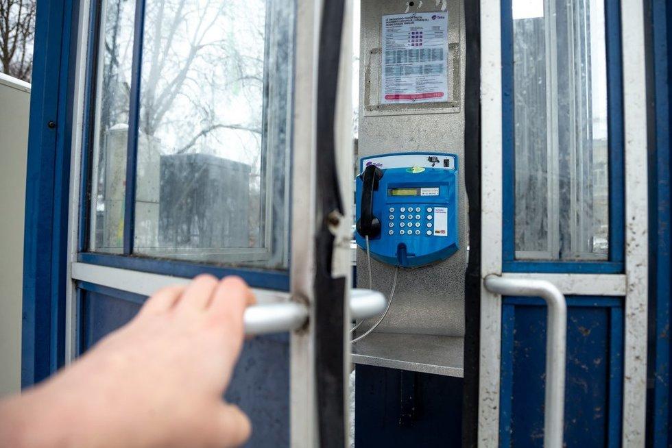 Taksofonai siurbia pinigus, bet jų beveik niekas nebeliečia