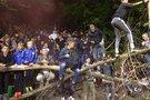 Rungtynes stebėjo už tvoros (nuotr. stop kadras)