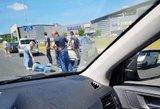 Judrioje Vilniaus gatvėje sunkvežimis taranavo pavėžėją: vyras – medikų rankose