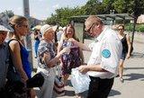 Kontrolieriai viešojo transporto stotelėse jau išdalijo beveik 1500 butelių vandens