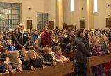 Už streikuojančius mokytojus vaikai rinkosi melstis bažnyčioje