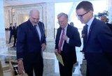 Lukašenka gerinasi JAV: apipylė dovanomis Trumpą ir Melanią