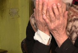 Po tėvo mirties anūkės dėl pinigų į teismą padavė net 80-metę močiutę