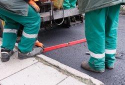 Kauno rajone vyras sužalojo kelio darbus vykdantį darbininką