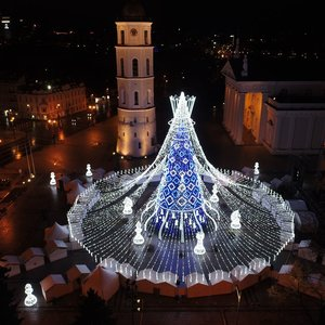 Vilnius pradeda švęsti Kalėdas: įžiebta pagrindinė miesto eglė