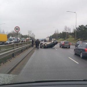 Nelaiminga savaitės pradžia: Vilniuje apvirto du automobiliai