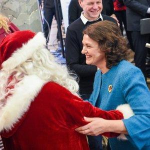 Nausėdienės poelgis sužavėjo susirinkusius: neatsispyrė šokiui su Kalėdų seneliu