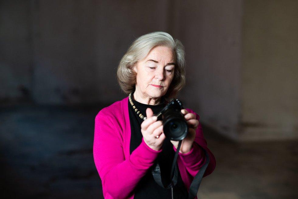 Moteris sako, kad pro fotoaparato objektyvą ji žvelgia ne tik į žmones, bet ir į jų vertybes