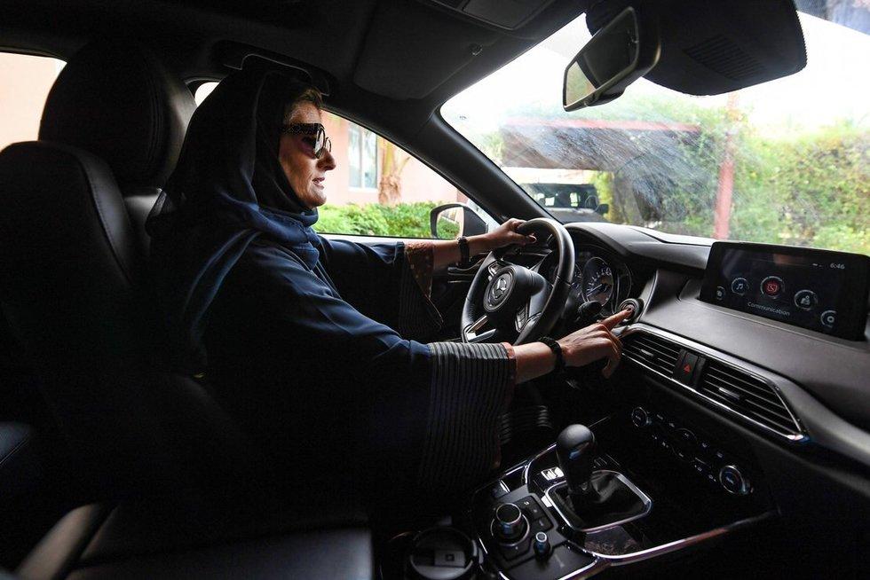 Vairuojanti moteris Saudo Arabijoje (nuotr. SCANPIX)
