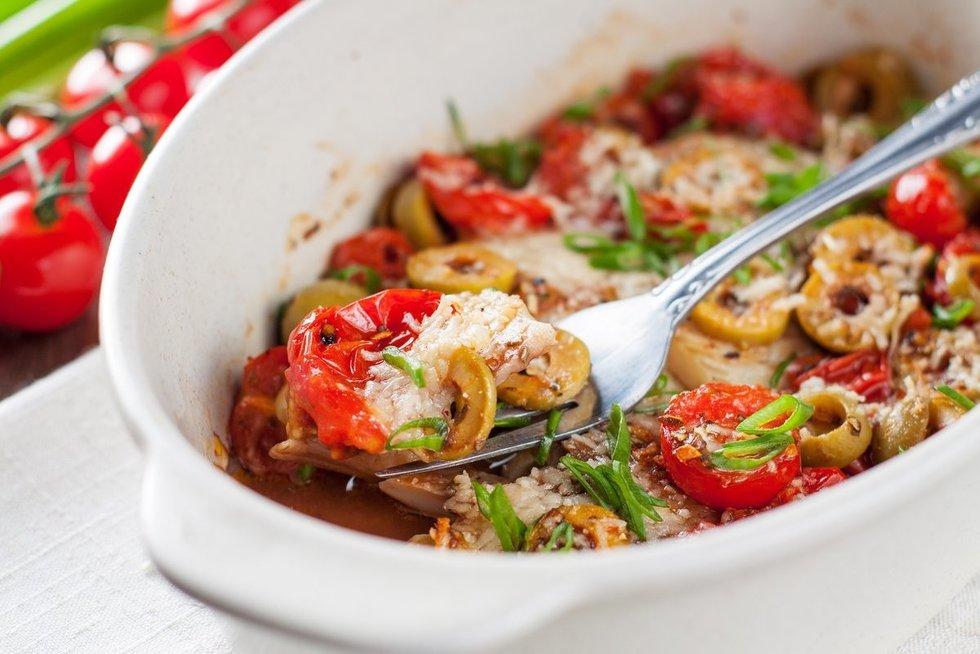Žuvis su alyvuogėmis ir pomidorais. Shutterstock nuotr.