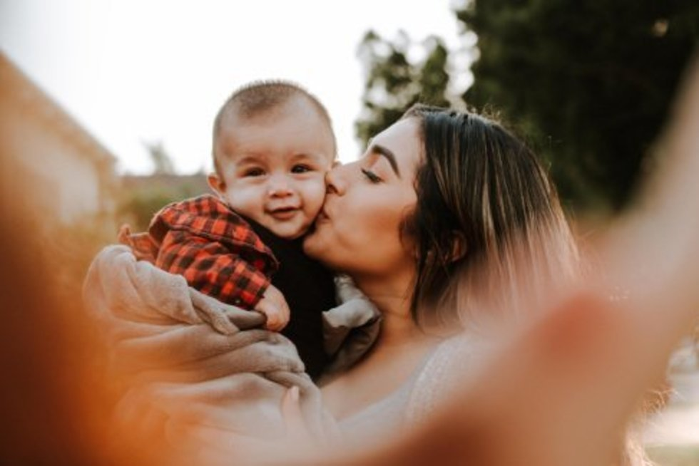 Vaikas ir mama (Omar Lopes nuotr./Unsplash)