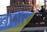 Maskvos gyventojai virš tilo prie Kremliaus bandė išskleisti Ukrainos vėliavą