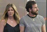 Tariamai vaiko besilaukianti Jennifer Aniston pilvuką dangsto plačia palaidine