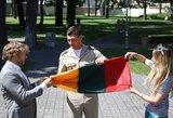 Garsūs žmonės mokėsi, kaip sulankstyti valstybinę vėliavą