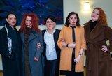 Pavasario paltų ir suknelių kolekciją pristatė žinomos šalies damos