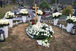 Cololo atgulė amžino poilsio: kapą nuklojo baltų žiedų jūra