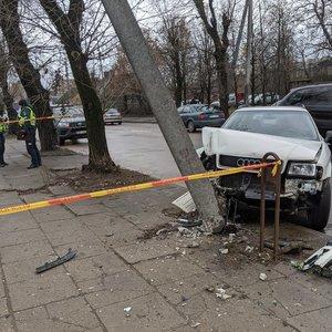 """Sostinėje """"Audi"""" kliudė kitą automobilį ir rėžėsi į stulpą: ugniagesiai galvoja, ką daryti"""