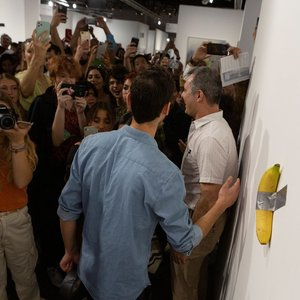 Vyras suvalgė 120 tūkst. JAV dolerių vertės meno kūrinį – prie sienos priklijuotą bananą