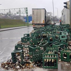 Kaune liejasi alaus upė: iš sunkvežimio iškrito beveik 100 dėžių