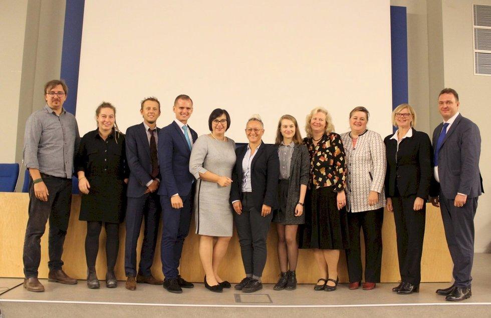 """Tarptautinės konferencijos """"Europos šalių pavyzdžiai, užtikrinantys kurčiųjų socialinę gerovę"""" organizatoriai ir svečiai. Vaidos Lukošiūtės nuotr."""